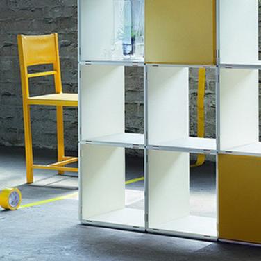 4x4 Regale als Raumteiler in creme Farben